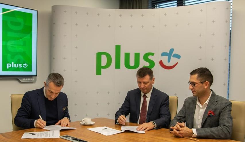 Podpisanie umowy: Wojciech Piskorz, Członek Zarządu Polkomtel Sp. z o.o. oraz  Witold Ziomek, Prezes Zarządu MPWiK Wrocław i Piotr Słomianny, Dyrektor Finansowy MPWiK Wrocław